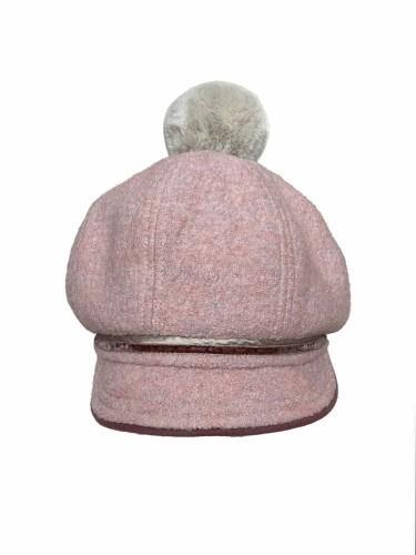 Deimantės Songailienės švelniai rožinės spalvos kepuraitė su snapeliu