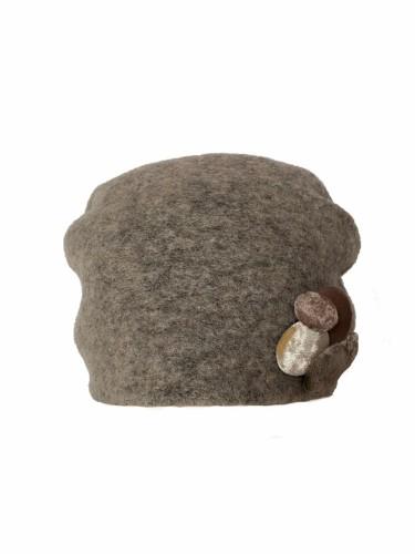 Klostuota kepuraitė dekoruota sagutėmis