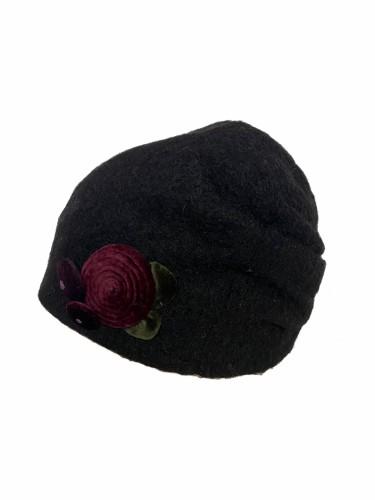 Juodos spalvos klostuota kepuraitė