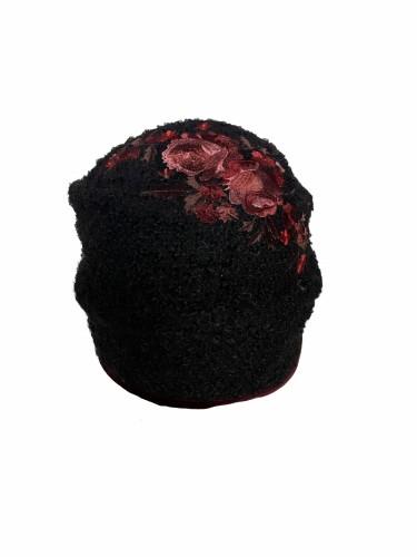 Klostuota juodos spalvos siuvinėta kepuraitė