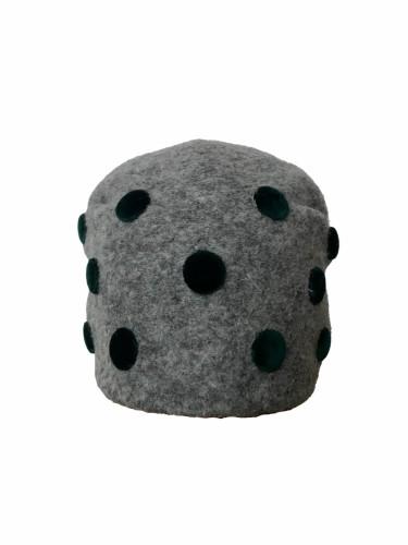 Klostuota kepuraitė dekoruota tamsiai žalios spalvos sagutėmis